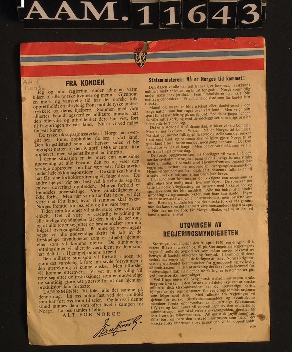 """Flyveblad, fra England, 1945. Papir,  med norske flaggfarger langs øvre kant  på forsiden. 1 dobbeltark , innledes med ordene: """"Fra Kongen"""" videre fra statsministeren, så om utøvingen av regjjeringsmyndigheten, oppgjør med landsvikere, pengesedler og mynt, landbruket, transport, etc. Undertegnet Johan Nygaardsvold."""