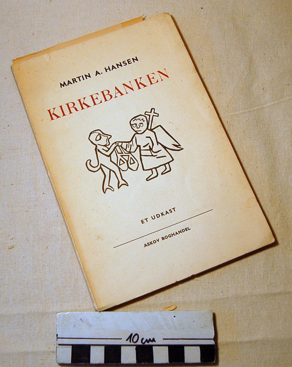På bokens forside et motiv med to figurer. Til venstre en menneskelignende figur som har noe i den ene hånden. Til høyre en figur muligvis med vinger som bærer et kors.