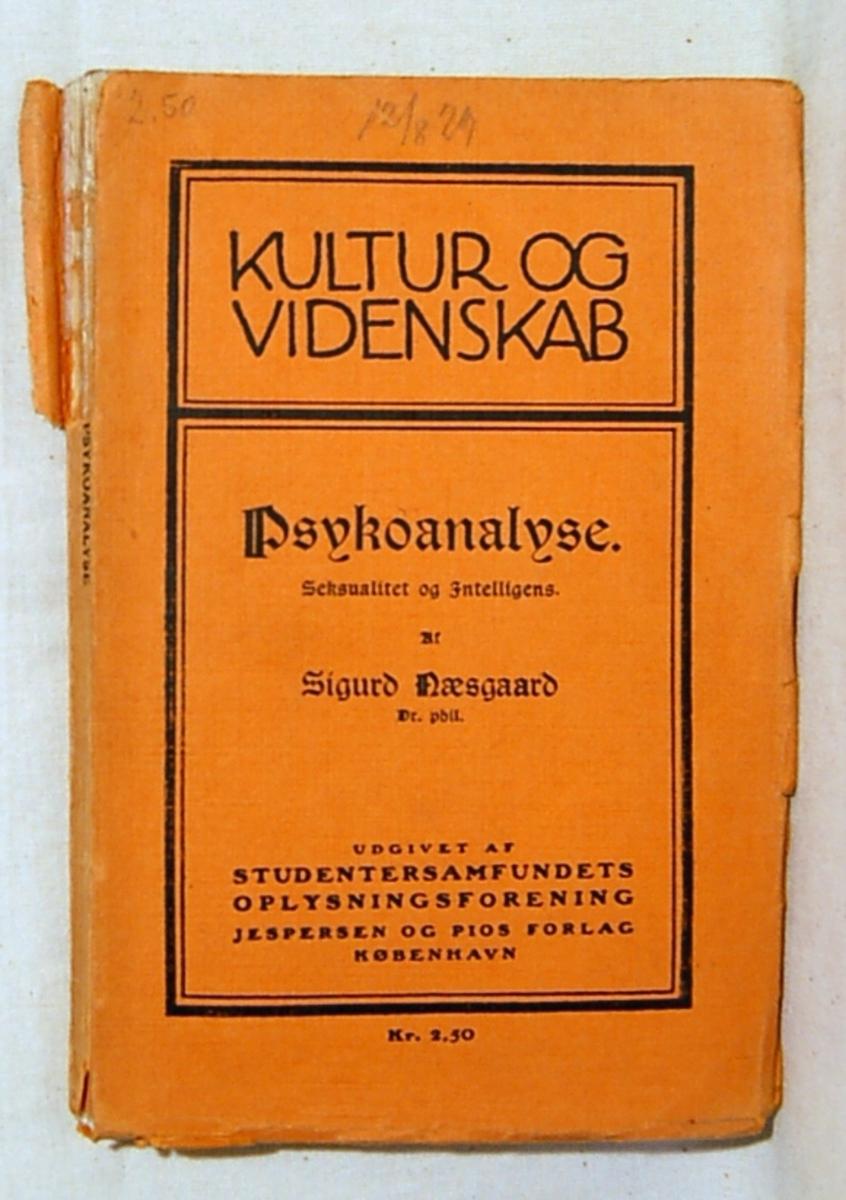 Filosofen Peter Wessel Zapffe og hans kone Berit testamenterte sin eiendom på Båstad i Asker til Universitetet i Oslo. Da det ble besluttet å selge eiendommen i 2009 ble deler av P.W. Zapffes arbeidsrom og andre eiendeler overlatt til Asker Museum. Denne samlingen inngår nå som en permanent utstilling på museet. Bok med gult omslag