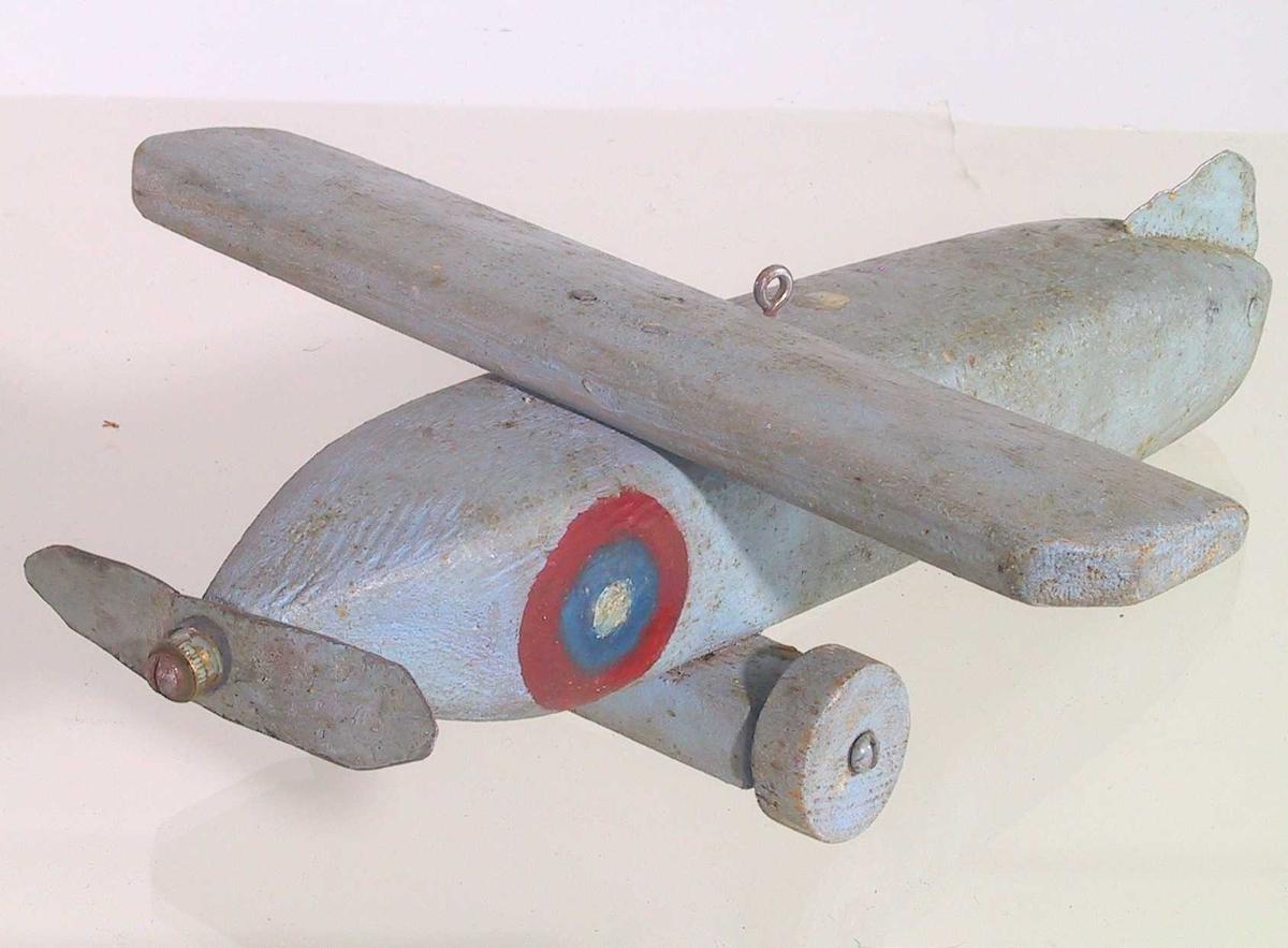 Runding i rødt, blått og hvitt foran vingene på hver side av flyet.