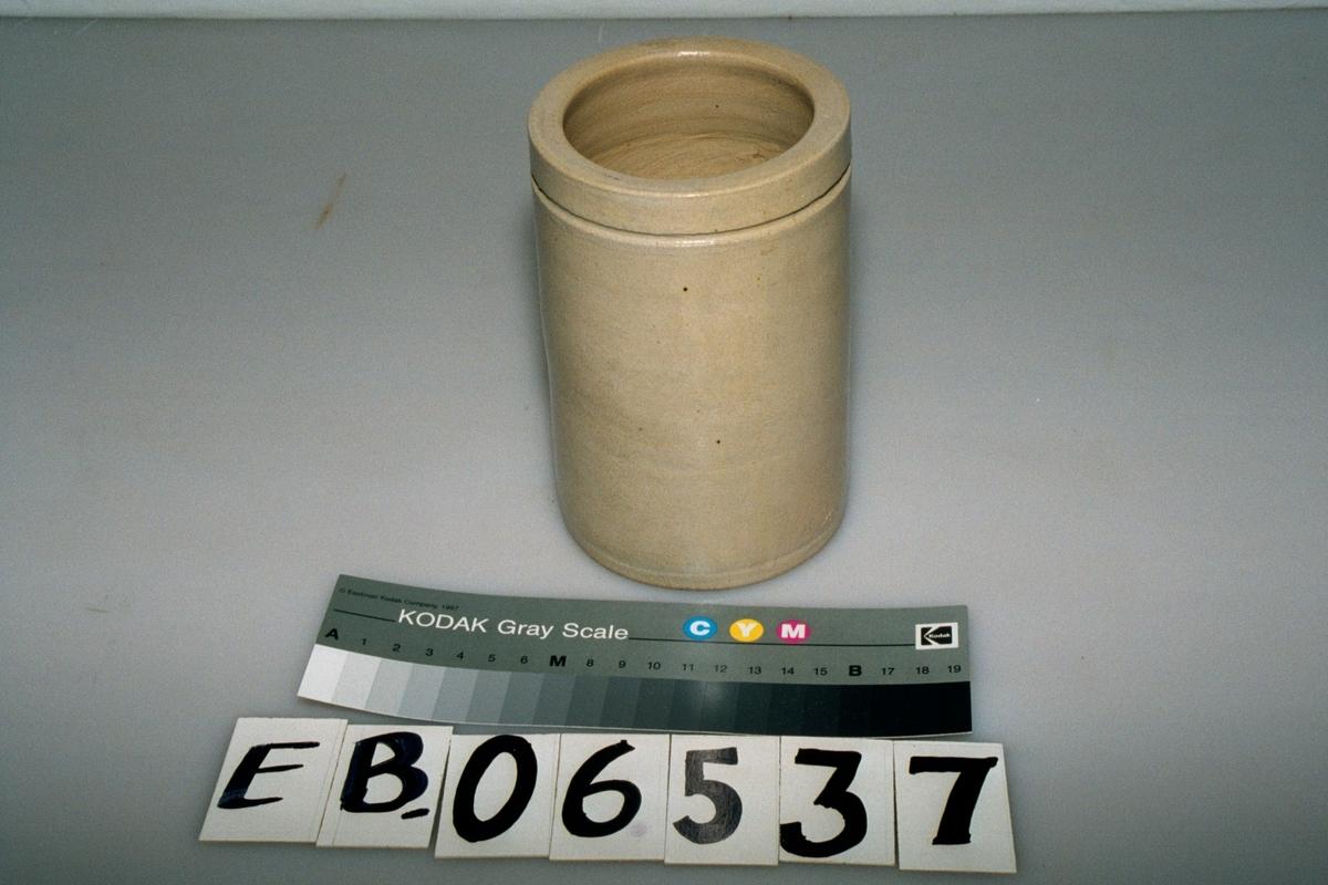Form: sylinder, ca 1 cm nedenfor kanten er det et spor som lager et horisontalt bånd rundt krukka