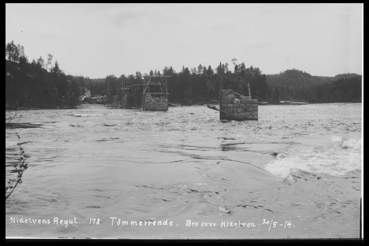 Arendal Fossekompani i begynnelsen av 1900-tallet CD merket 0446, Bilde: 66 Sted: Småstraumene Beskrivelse: Tømmerrenne. Bro over Nidelva