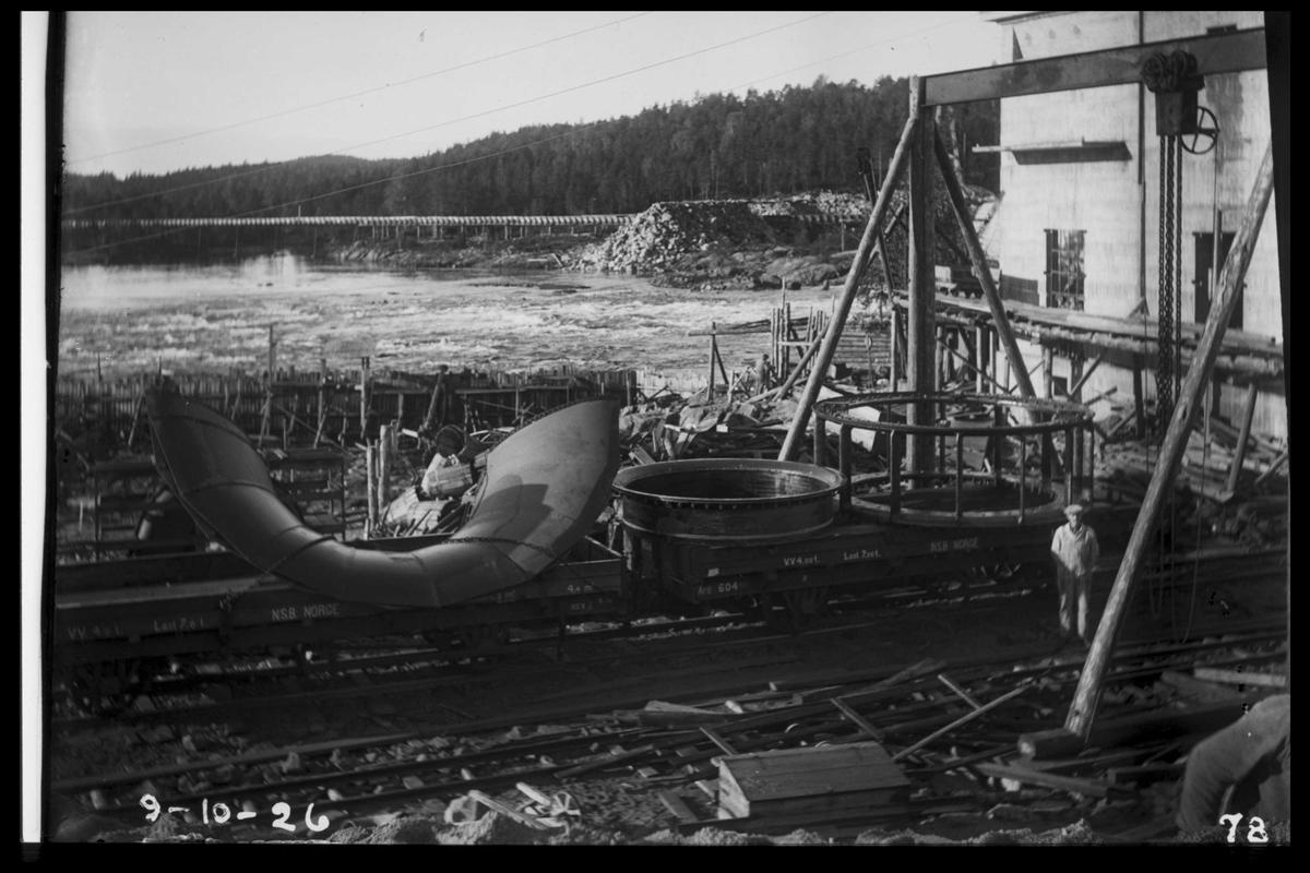 Arendal Fossekompani i begynnelsen av 1900-tallet CD merket 0468, Bilde: 52 Sted: Flaten Beskrivelse: Maskindeler foran kraftstasjonen