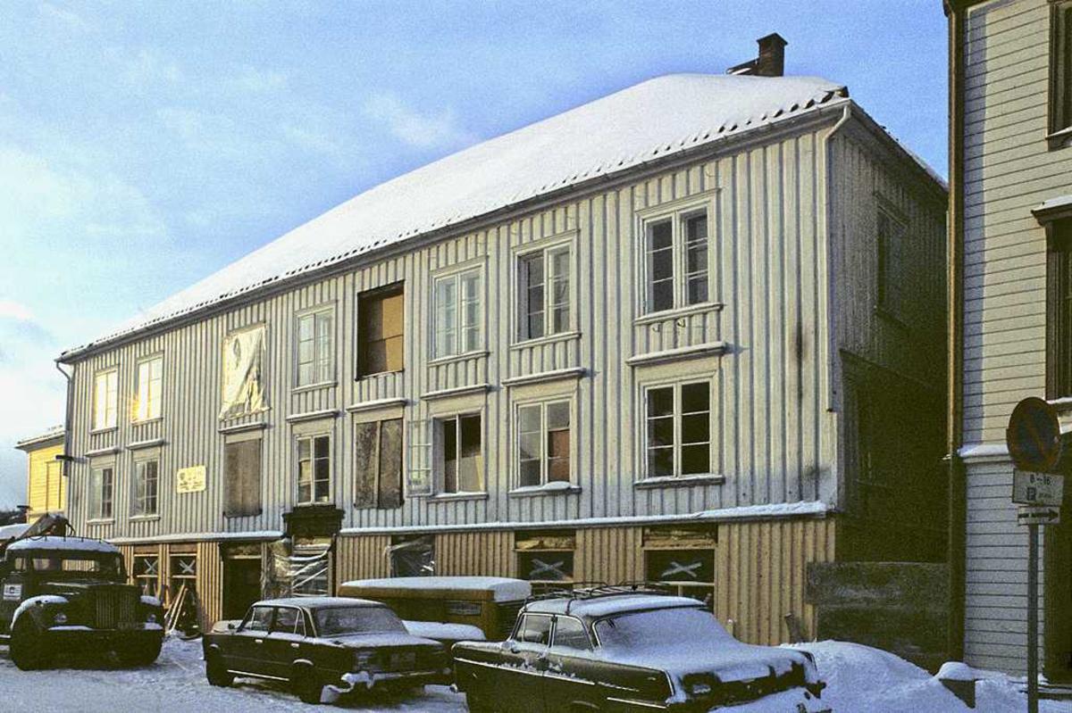 Fagforeningenes hus under restaurering. Fasade mot gaten. vinter. Parkerte biler.