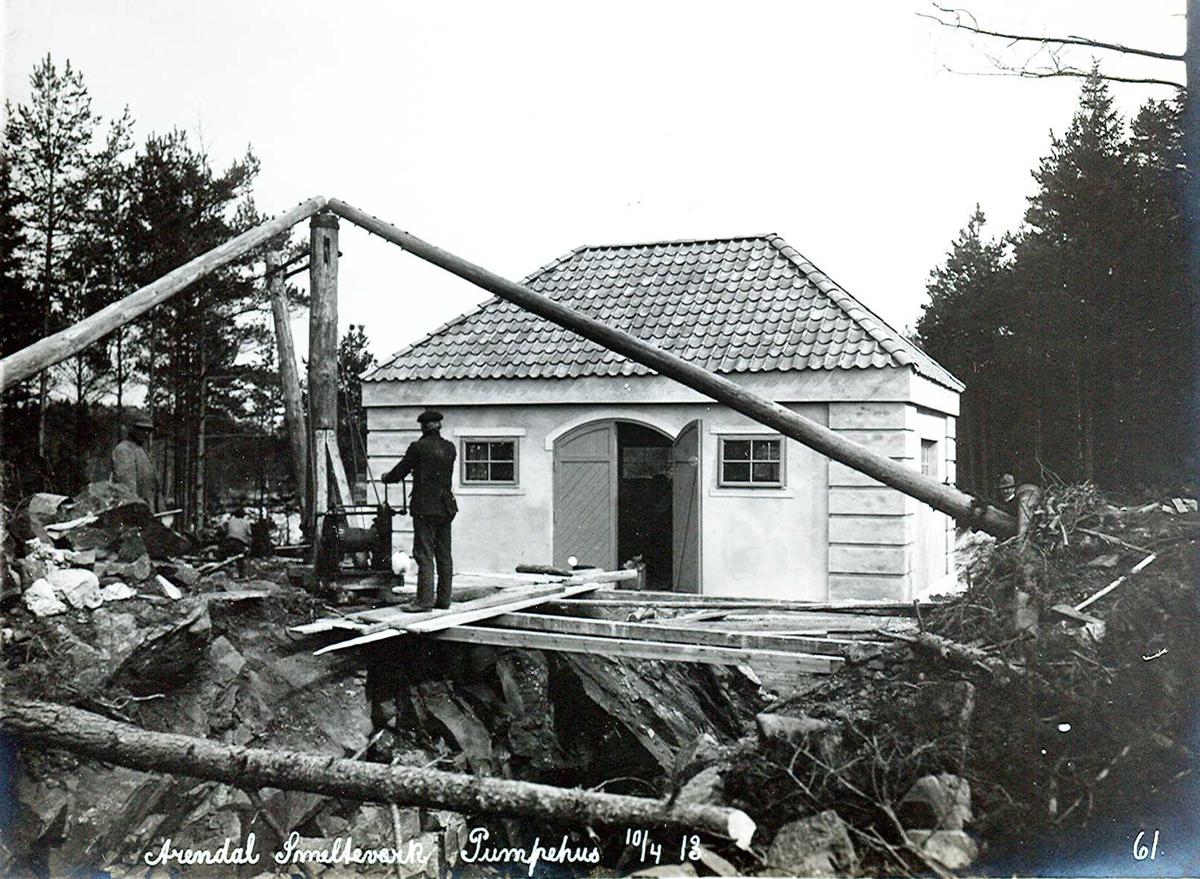 """""""10/04-1913"""" Nitriden. Smelteverket. Pumpehus ved Stemtjern. Heisanordning med håndspill (stubbebryter) Vannkildene for bedriftene."""