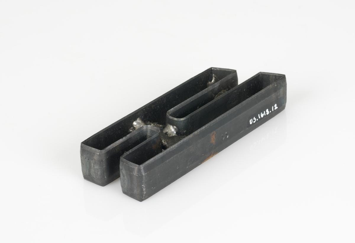 En stansekniv av stål. Stansekniven brukes til modeller for skostørrelse 31-39. Den er formet som en H.