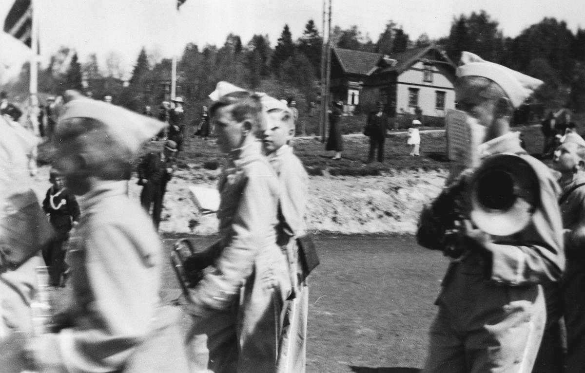 Oppegård Guttemusikk  marsjerer inn til stevne på Oppegård idrettsplass.