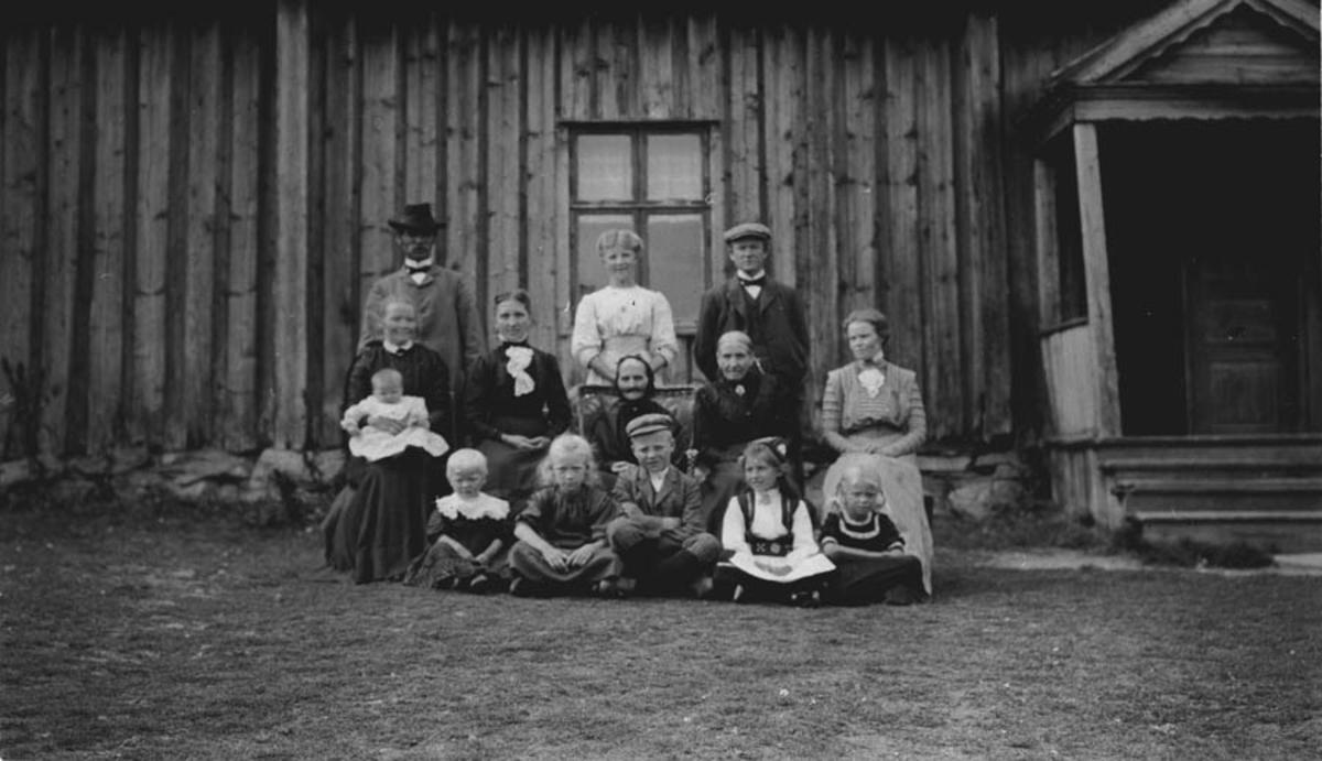 Nordre Østanes, familien utenfor hovedbygningen.