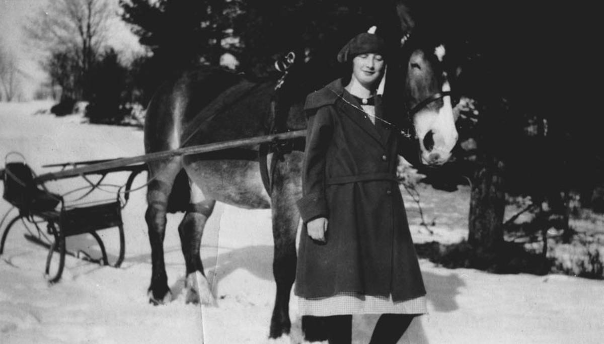 Kvinne, hest og spisslede.