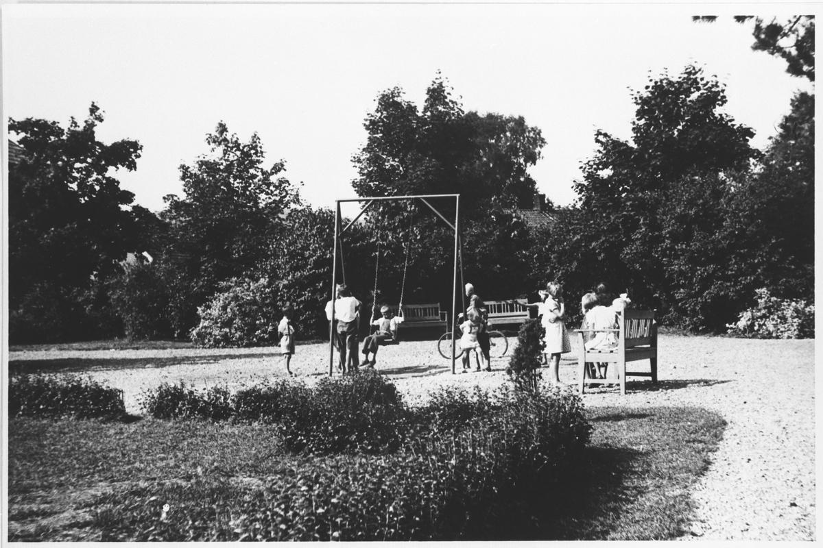 Barn som leker i Vollaparken.