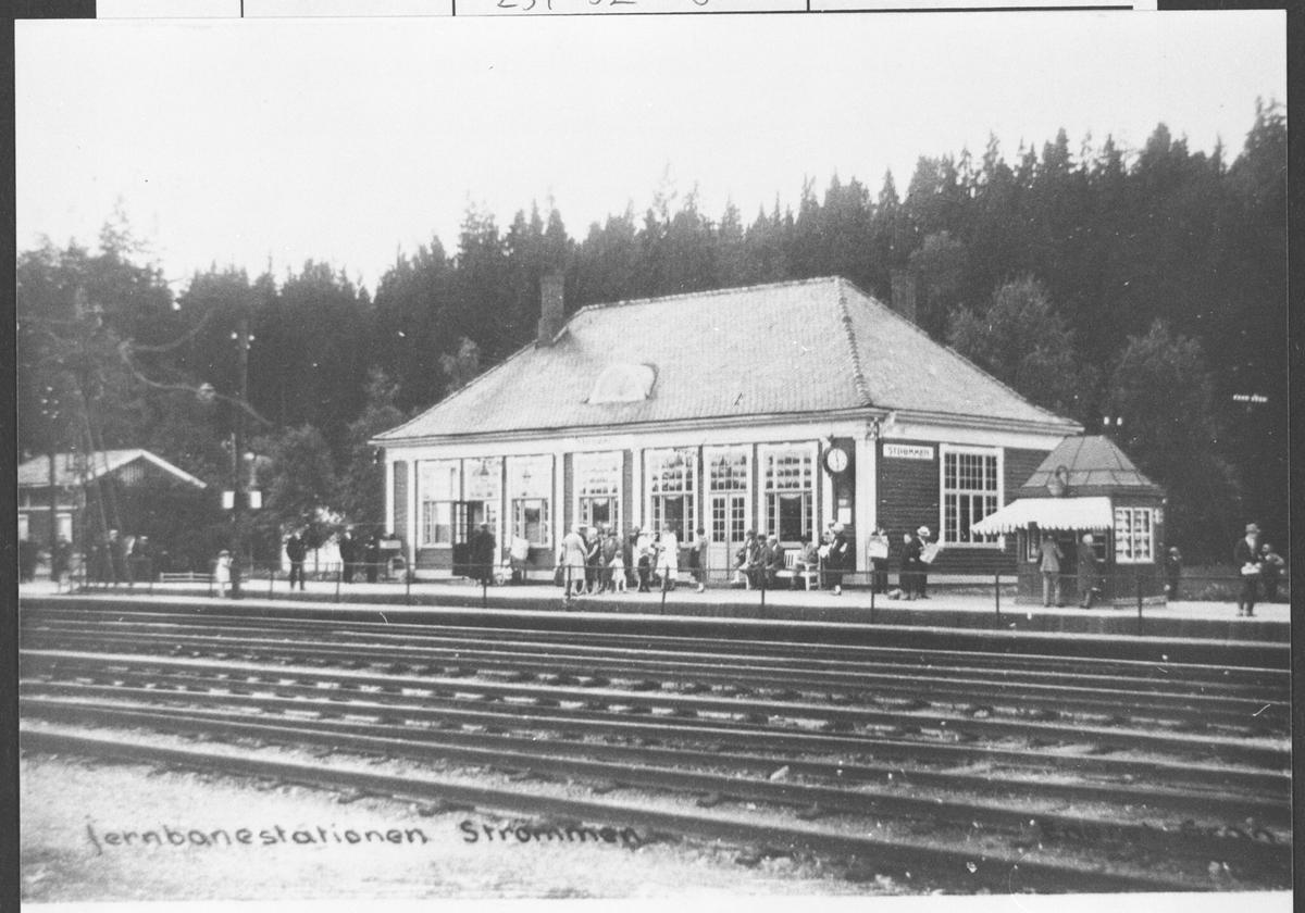 Sommerbilde av Strømmen jernbanestasjon med den gamle kiosken.