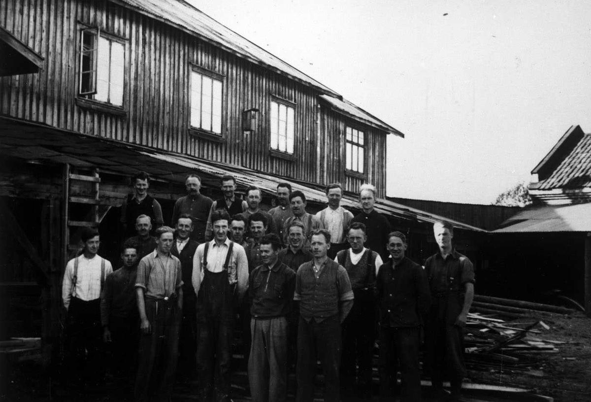 Leirsund Trevarefabrikk. Arbeidstokken oppstilt utenfor fabrikken