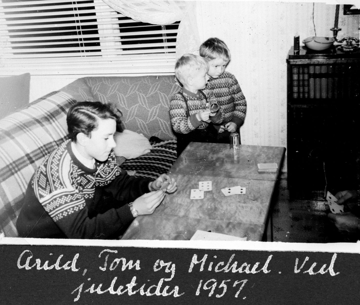 Kortspill i stua ved juletider 1957.