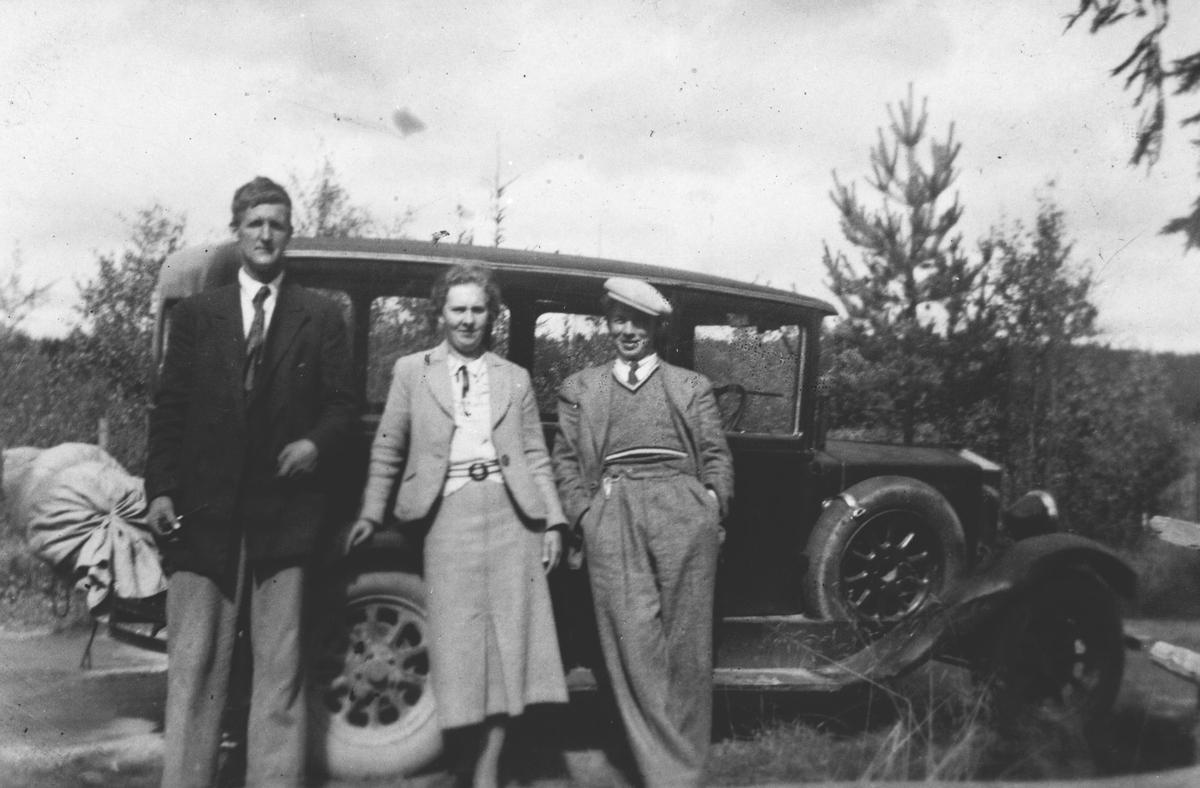 To menn og en kvinne på biltur