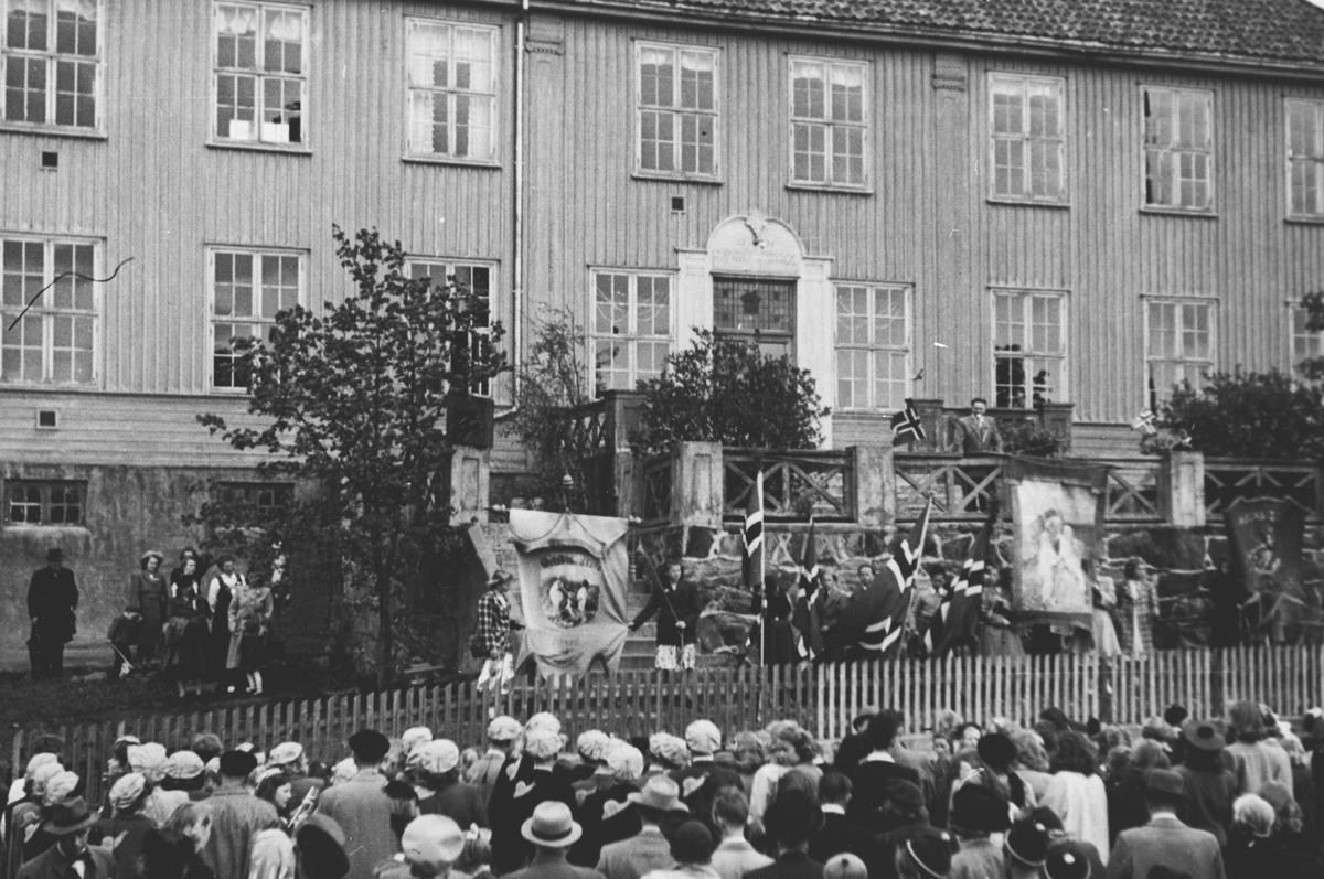 17 mai  feiring ved Årnes Skole/ pavillionen, mot Schieflegården