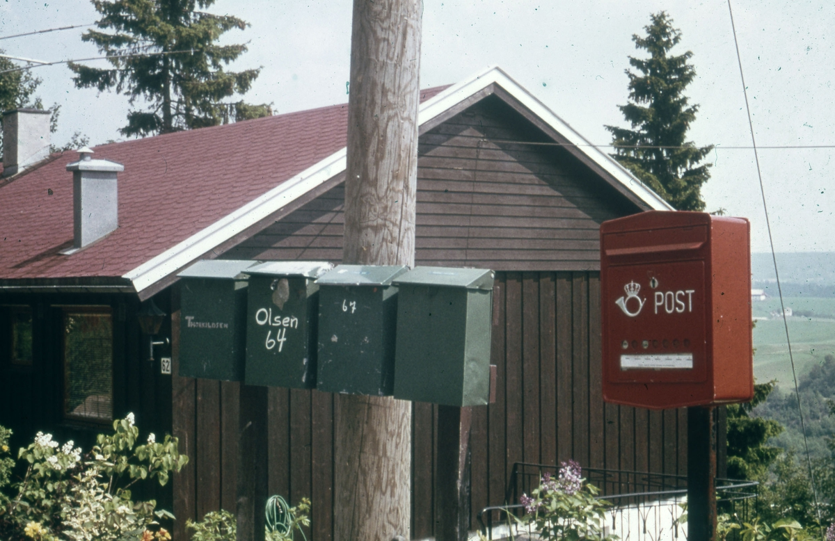 Postkasser og hus