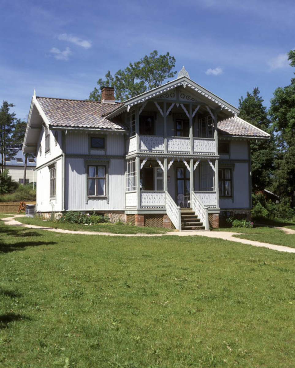 Asker museum, Vollen kystkultursenter. Selvik-villaen. Bygning i sveitserstil. Grusvei omkretser huset.