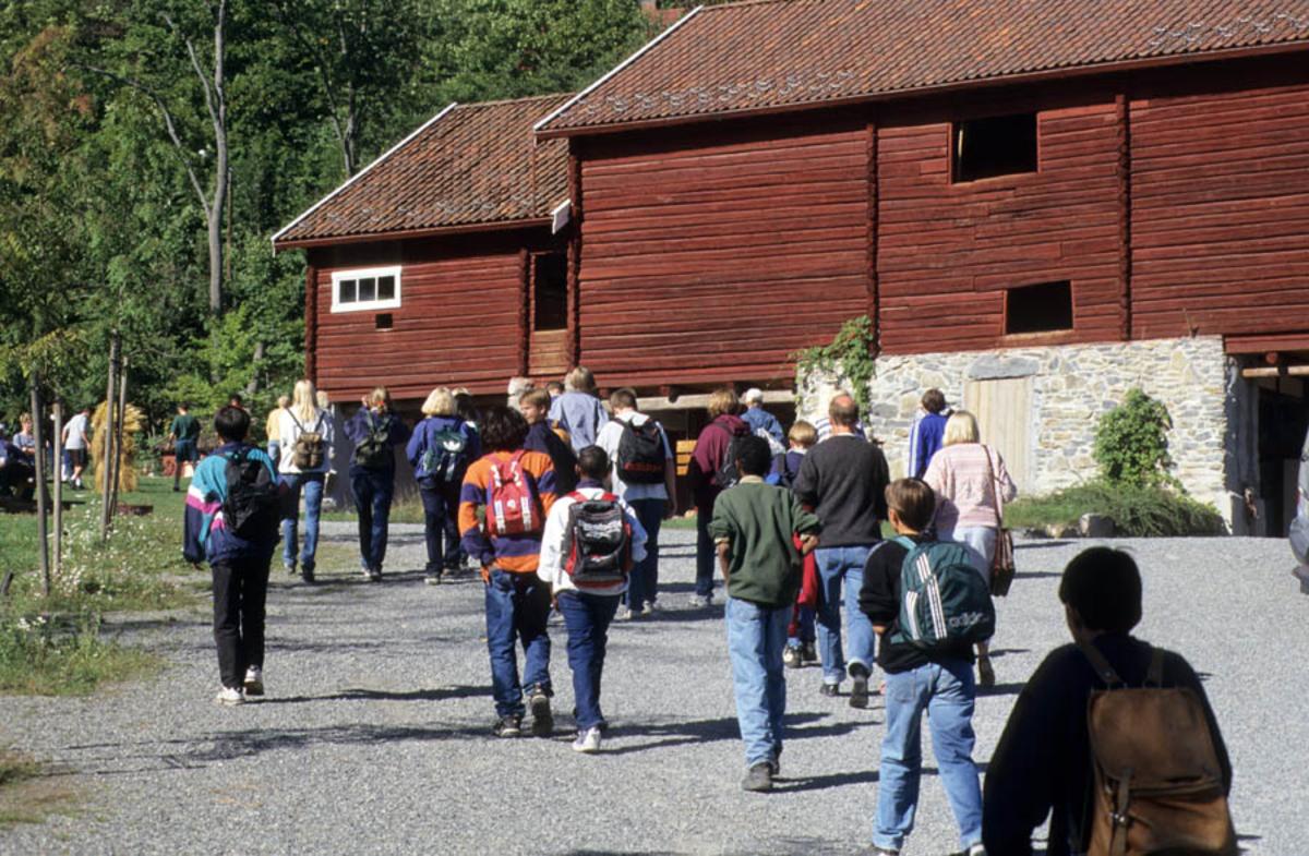 Asker museum, mennesker på vei mot rød driftsbygning (Fusdalslåven).