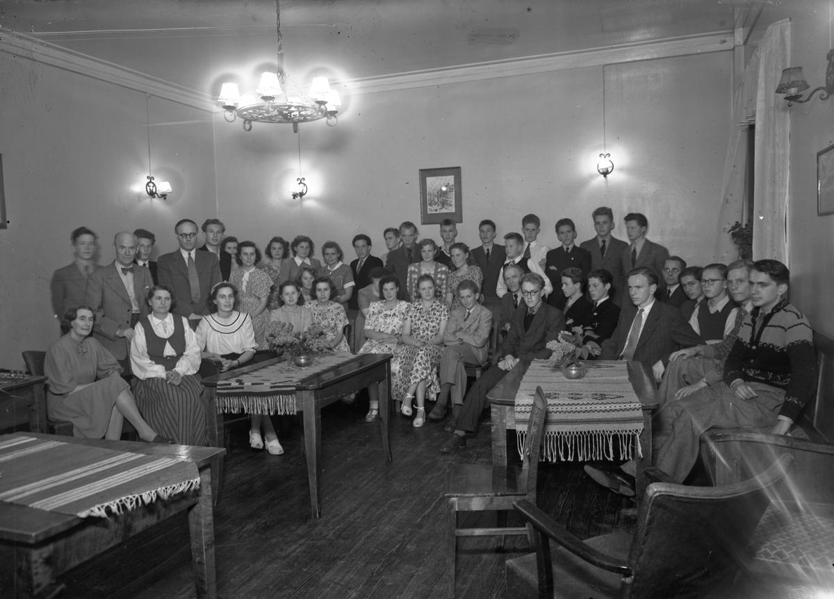 Lærere og elever ved Eidsvoll Landsgymnas. Rektor Edvard Brakstad m/kone til v. Henrik Grimeland og Torolv Floden også på bildet.