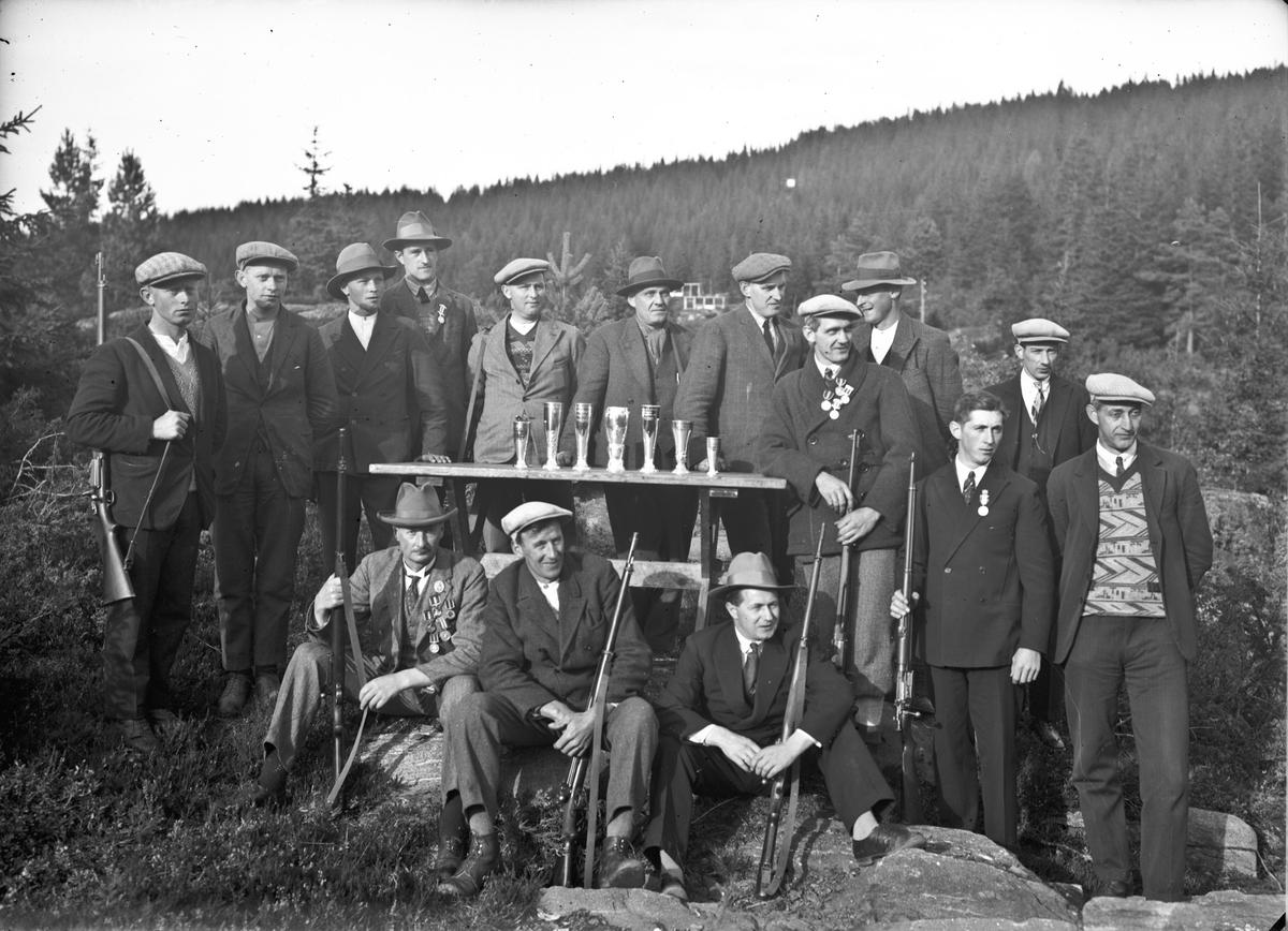 Fra et skytterstevne. 01.10.2013: Langseth Skytterlag med trofeer. Ca. 1950. Skrevet av: Ola Ljødal
