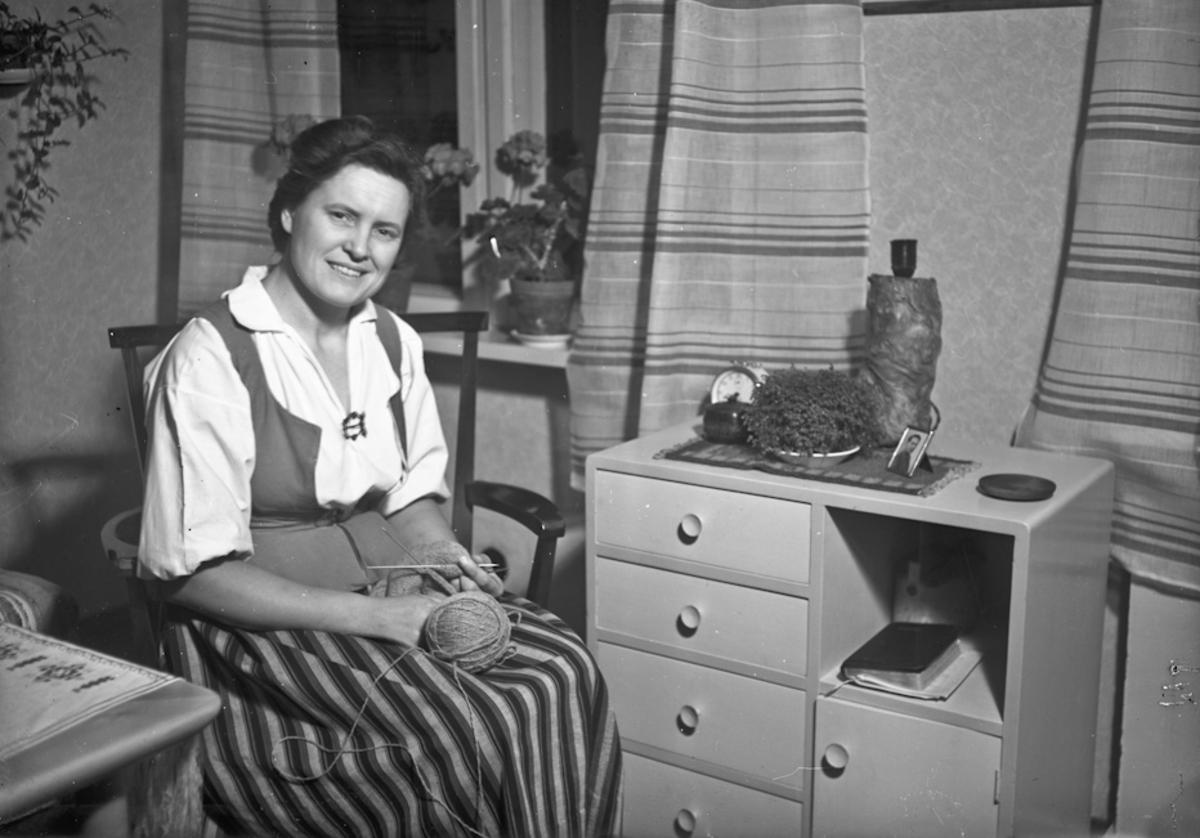 Kvinne med strikketøy.