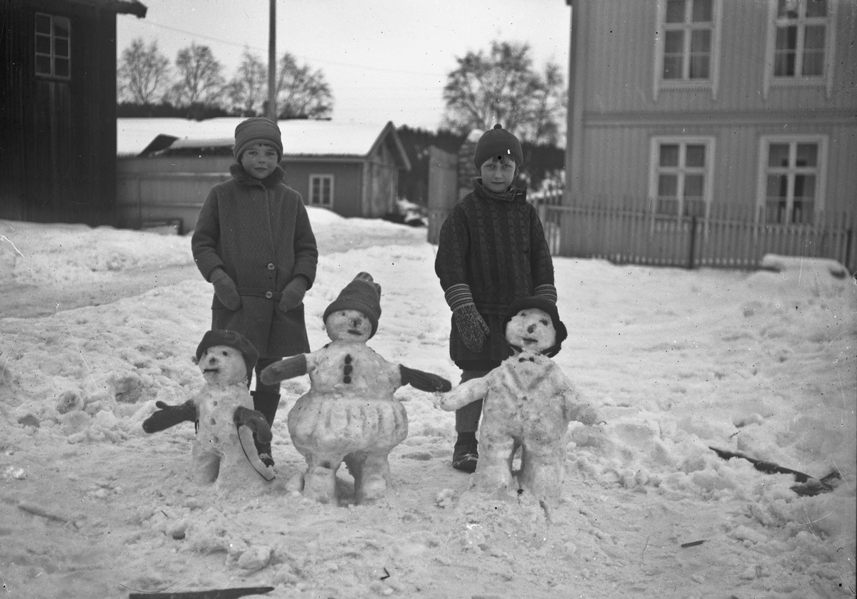 2 barn og 3 snømenn.