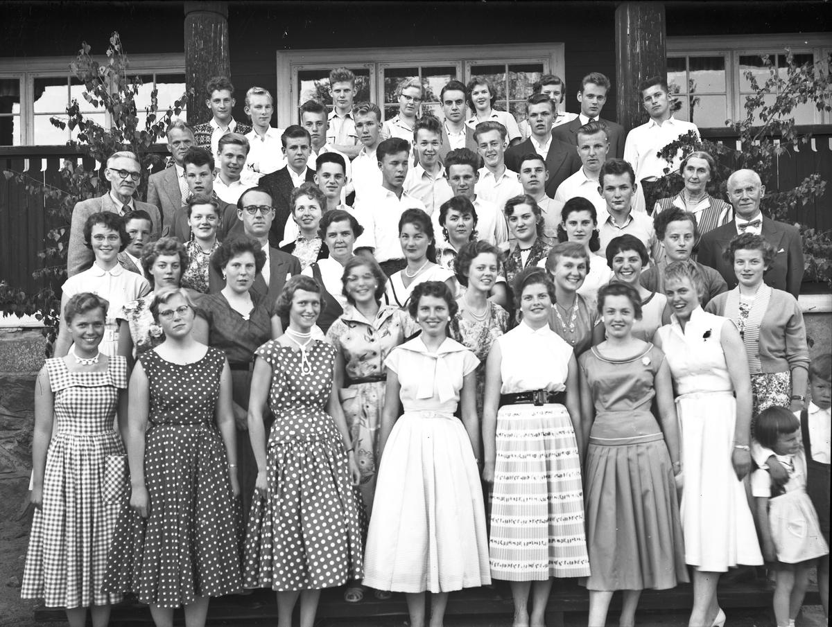 Elever og lærere ved Eidsvoll Landsgymnas. Lærer Edvard Brakstad helt ute til høyre. Ved siden av han Ågot Brakstad. Lærer Løwe Stokke helt ute til venstre i midten (med briller). Lærer Eivind Straume med briller noe til høyre for Stokke.
