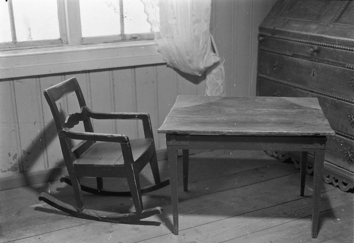 Stol, bord og skatoll.