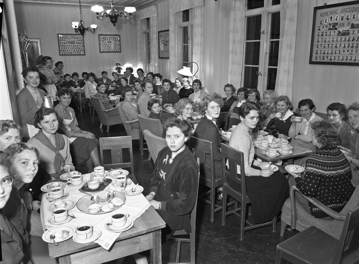 Elever og lærere ved Romerike Ungdomsskole samlet til kaffe og kaker.