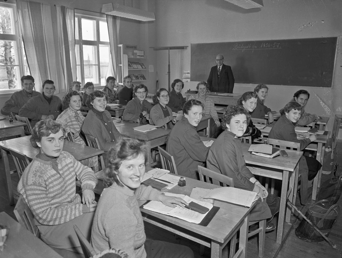 "Bjerkely Ungdomsskole. ""Budsjett for 1956-57"" står på tavla."