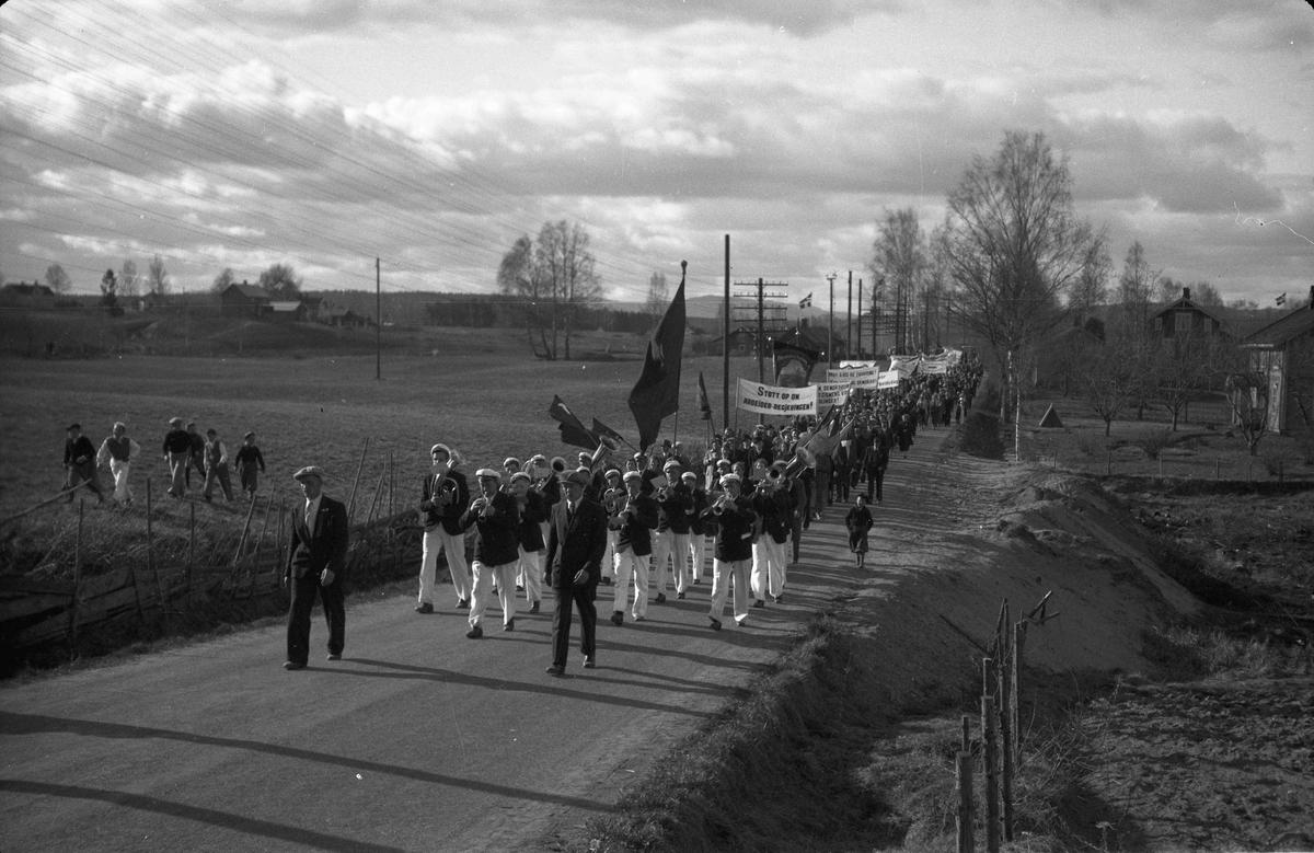 1. mai tog. Bønsdalen fagforening med bannere mot krig og fascisme, samt støtte til Arbeider - regjeringen. På vei til Søndre Samfund.. Sannsynligvis rett før krigen