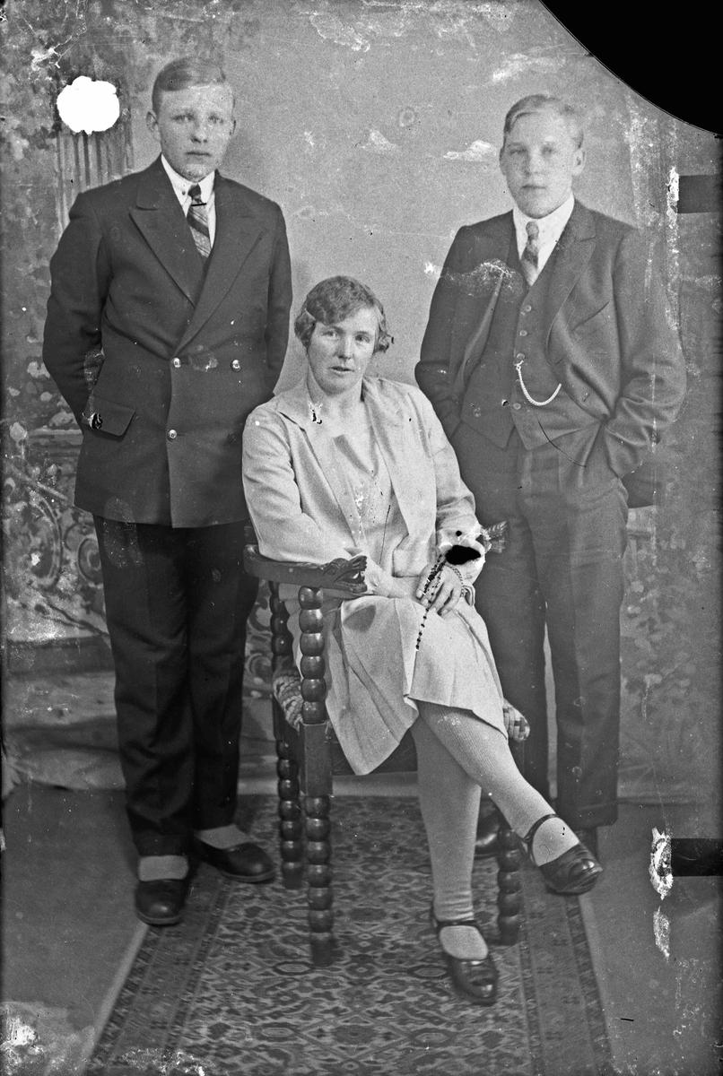 Portrett. Kvinne og 2 menn