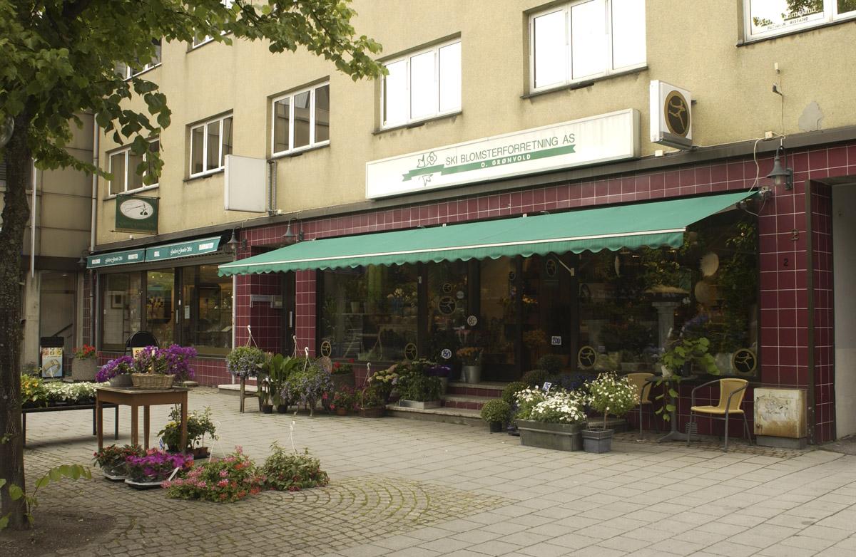 Ski gågate, Ski Blomsterforretning - O. Grønvold. Oversiktsbilde utenfor