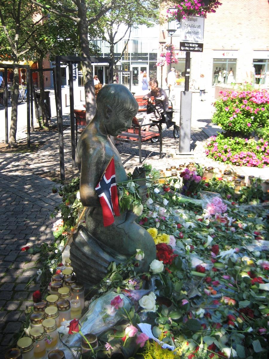 Minner etter terrorhandlingen den 22. juli 2011. Blomster, kort og lykter ved Havgutten på Lillestrøm torg.