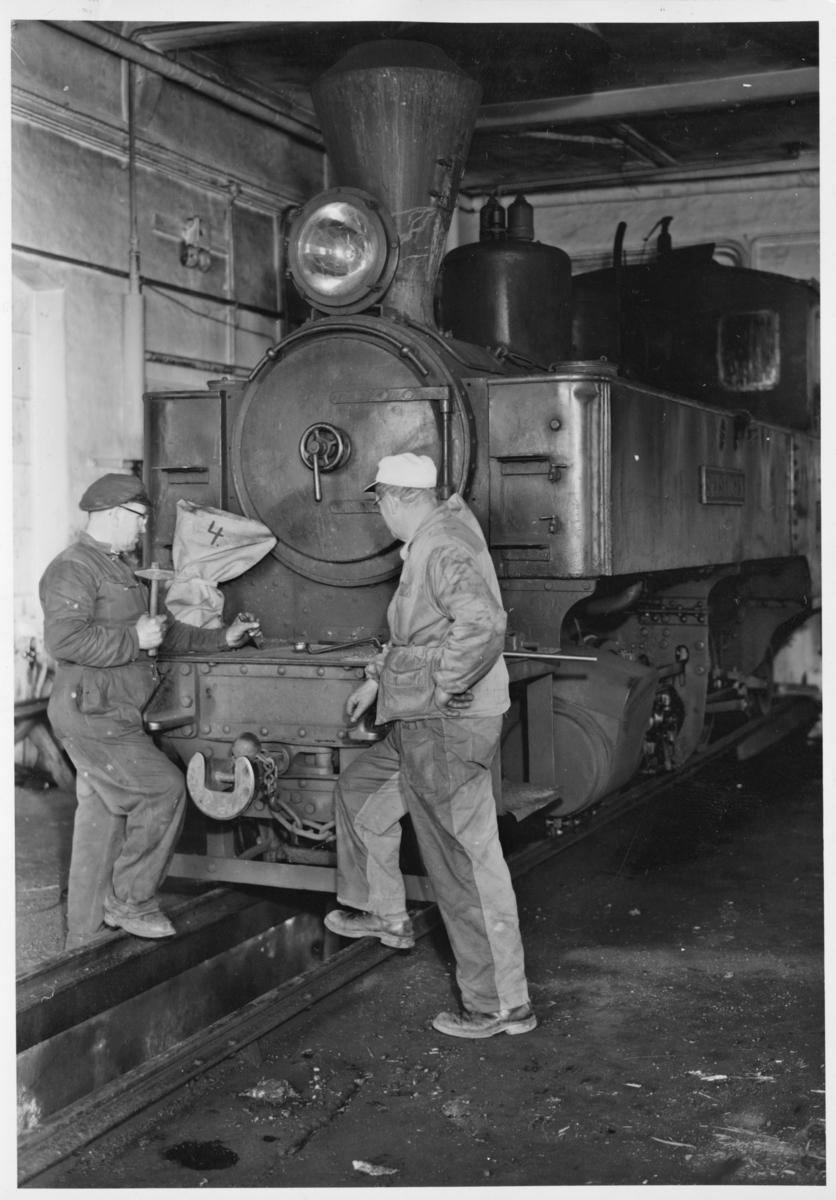 Lokstall Bjørkelangen. Verkstedarbeider Østensvig og verksmester Engen (t.h.) arbeider med lok 4. Østensvig var også maskinist på D/S Turisten.