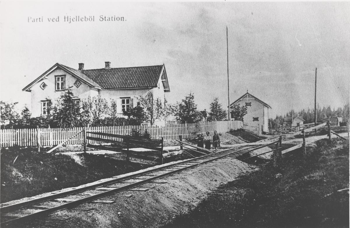 Planovergang og ferist (kufanger) ved Hjellebøl stasjon.