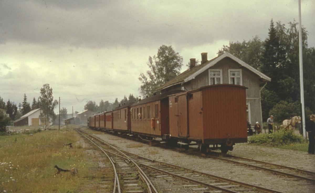 Siste ordinære tog 2058 til Sørumsand avventer avgang fra Skulerud stasjon.
