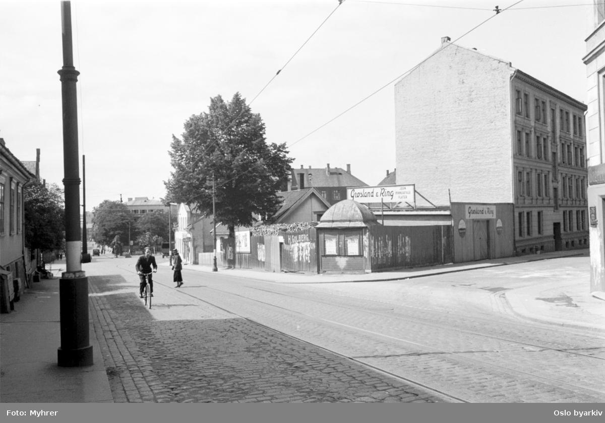 Gutt på sykkel i krysset Trondheimsveien - Sverdrups gate.