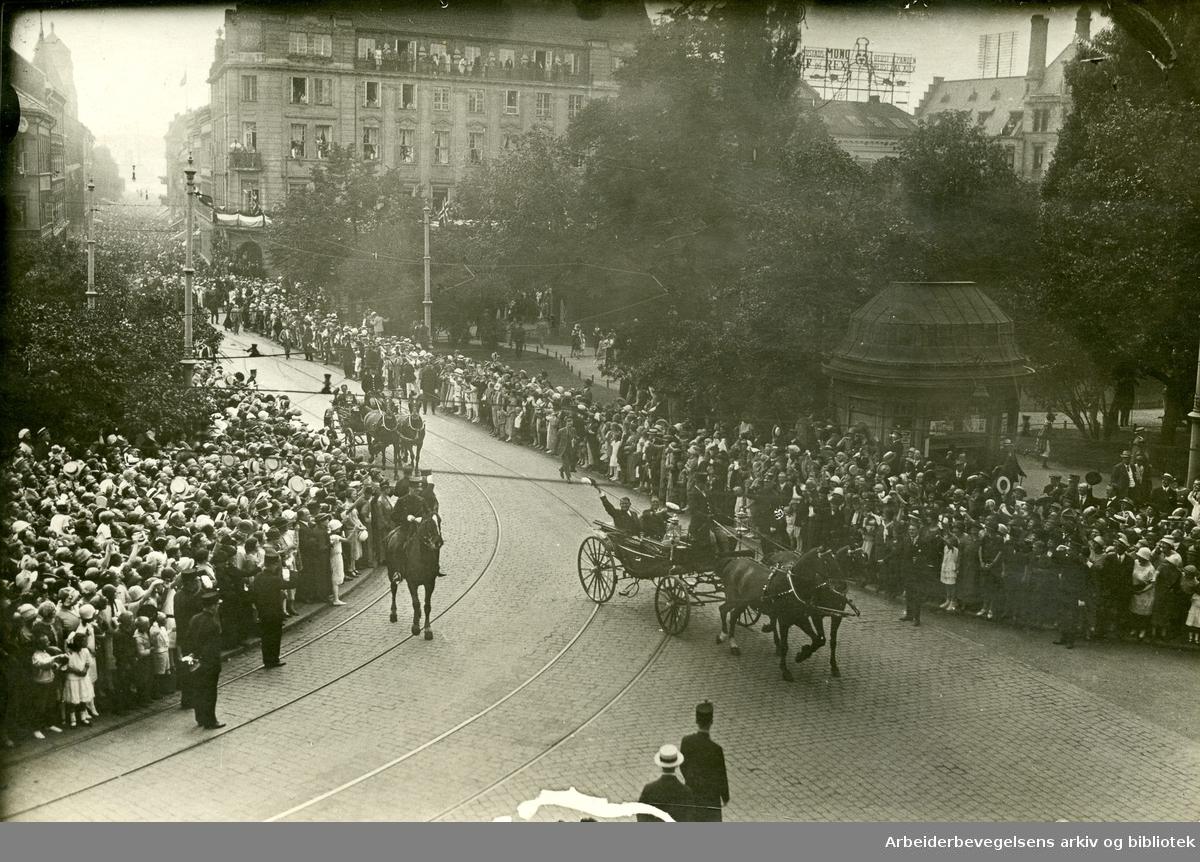 """Roald Amundsen (t.v.) sammen med Hjalmar Riiser-Larsen ved ankomsten til Oslo etter polferden med luftskipet """"Norge"""". Her i krysset Karl Johansgate og Rosenkrantzgate,.15. juli 1926.."""