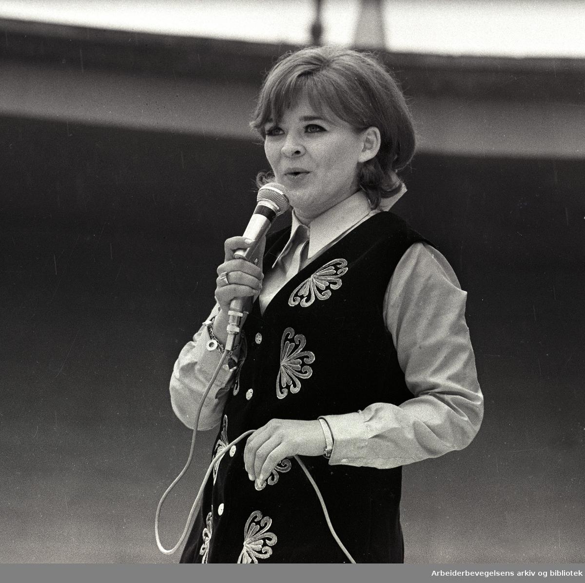 1. mai 1968 i Oslo.Framfylkingens arrangement på Jordal Amfi..Kirsti Sparboe synger.