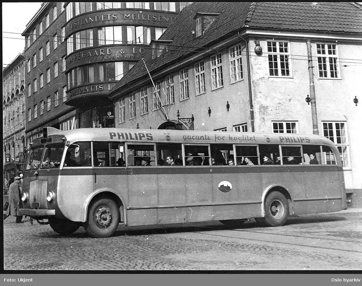 Oslo Sporveier. Buss A-15817 i serie 828, Larvik/Scania fra 1947. Ved Stortorvets Gjæstgiveri, krysset Møllergata - Grensen.