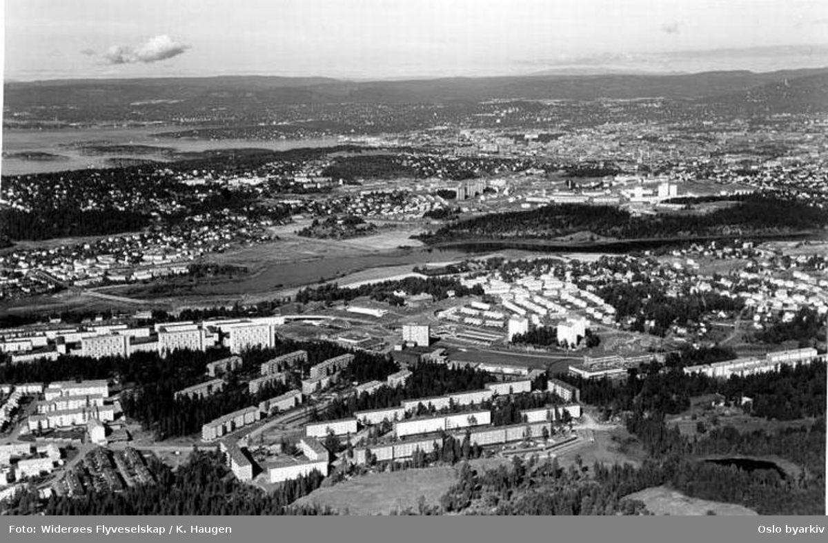 Utsikt over Bøler og Ulsrud mot Østensjøvannet og byen(Flyfoto)