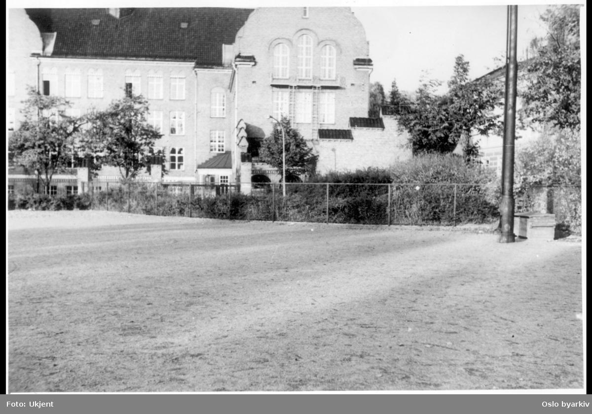 """Hovedfasaden til Fagerborg gymnas (nybarokk) (nåværende Fagerborg videregående skole). Bebyggelse i Pilestredet til høyre. Albumtittel: """"Sopus Bugges plass"""""""