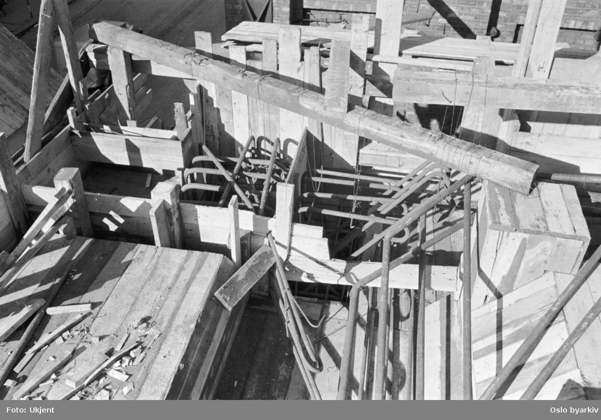 Byggeplass. Armering. Jernbinding. Forskaling. Bygging av nytt retortanlegg (ovner der kull ble oppvarmet for å avgi gass) til Gassverket.