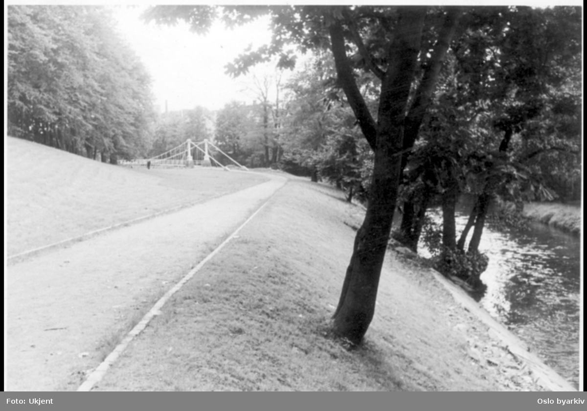 Akerselva med opparbeidet parkbelte og turvei sydover langs elva mot Åmot bru (den hvite bru) en hengebru fra 1851 og reist ved elva i 1952. Ligger vest og på nedsiden av Christiania Seildugsfabrik (Seilduken).