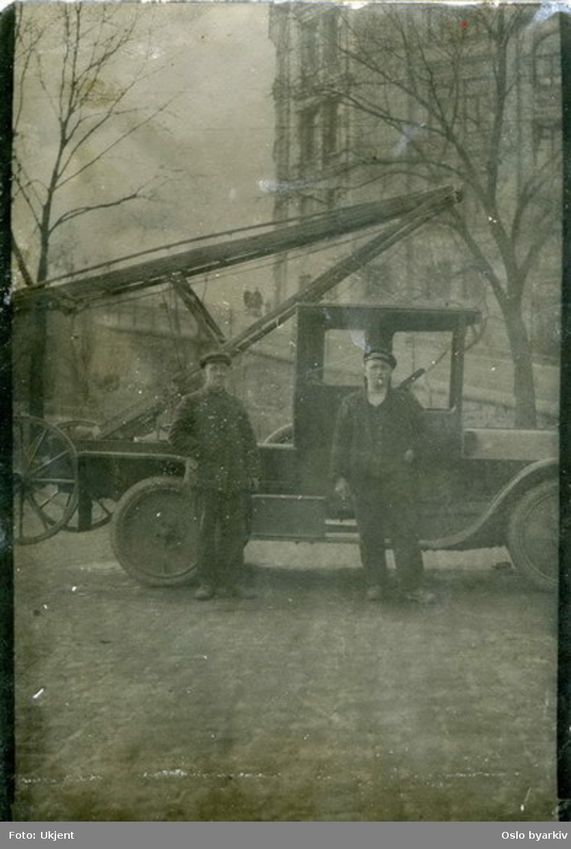 """Følgende tekst er skrevet på papir bak bildet: """"Gröntrikkens förste stigebil ca. 1918 (Fiat 505) fra venstre Fritjof Johansen (falt ned) - Gustav Falck. Billedet er fra Rådhusgata. x Tordenskjolds pl.                        5-4-57. G. Falck.""""Grønntrikkens første stigebil."""