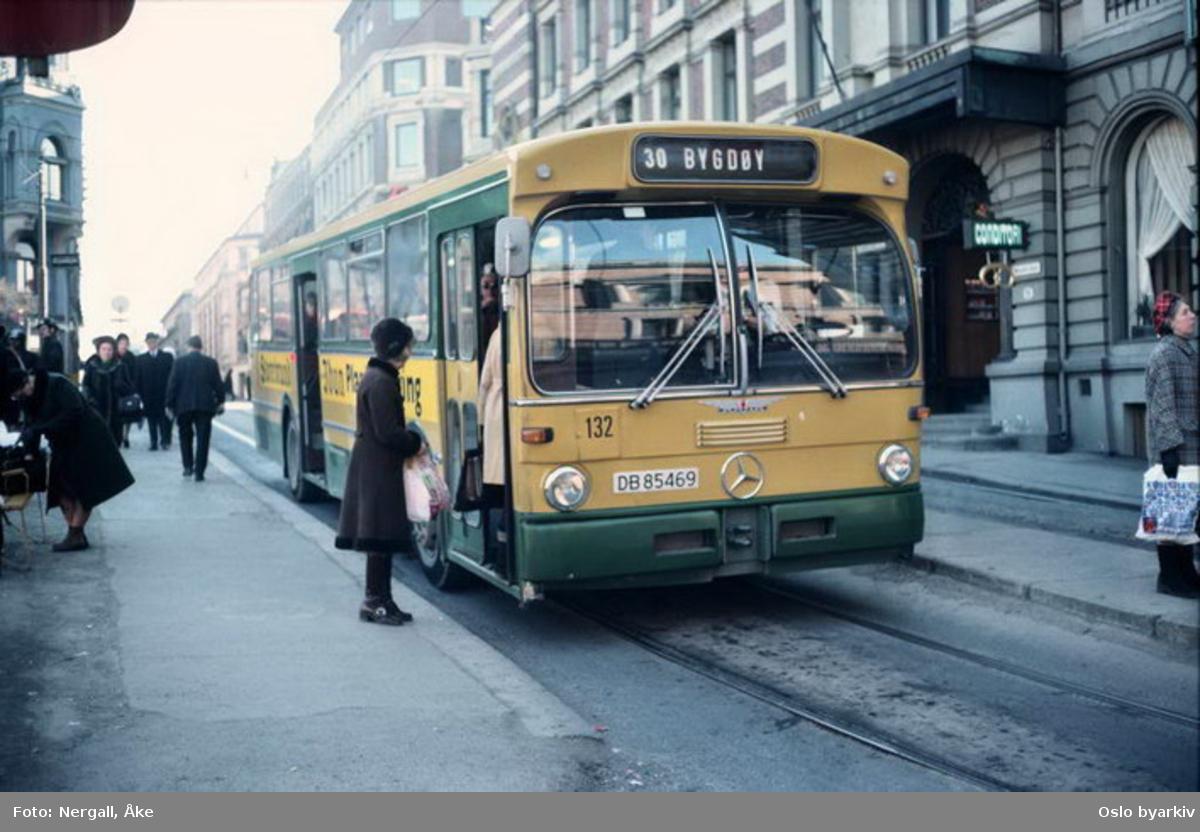 Busser, Ing. M.O. Schøyens Bilcentraler (SBC) nr. 130 linje 30 til Bygdøy i Prindsens gate. En høkatrikk i bakgrunnen.