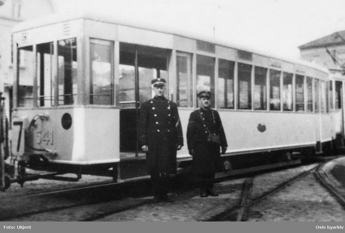 Trikk tilhenger type T29 nr. 541, linje 7, vognbetjening utenfor Homansbyen vognhall.