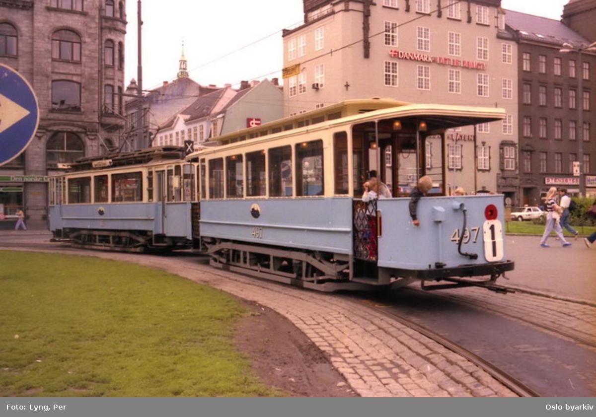 Oslo Sporveier. Trikk motorvogn SS 87 (fra 1914) og tilhenger 497 type SS ute på veteranvognkjøring, her ut fra sporsløyfe på torget.