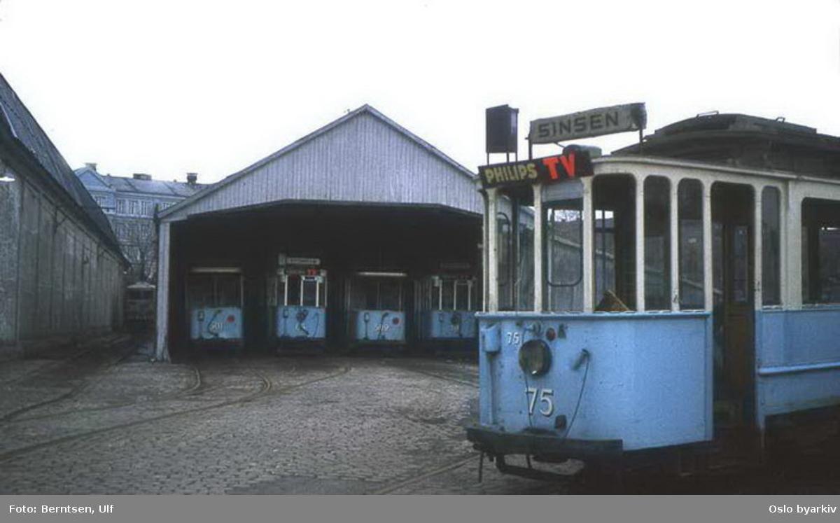 Oslo Sporveier. Trikk tilhenger type SS nr. 501 og 502 (fra 1914) m.fl. i Vålerenga vognhall avventer opphugging. Motorvogn type SS nr.75 (fra 1913).